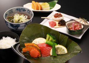 飛騨大鱒と彩野菜の朴葉焼き
