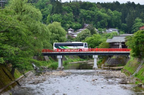 赤い中橋とバス